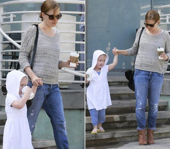 A színésznőtől szokatlan a merész viselet, leginkább sportos öltözékben lehet látni, ha kislányával tölti az időt.