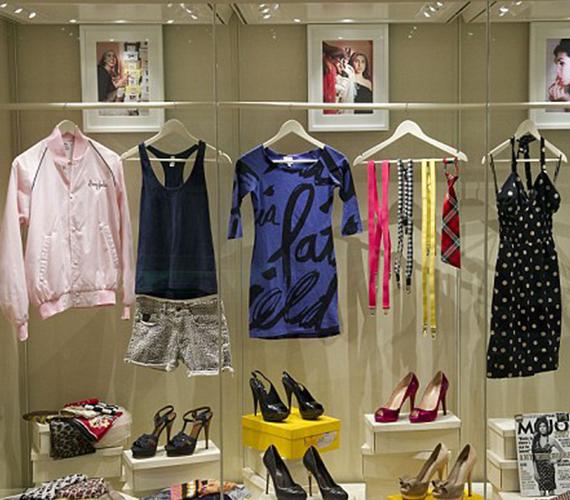 Ezek a ruhák és cipők voltak az énekesnő kedvencei, gyakran lehetett ezekben látni őt. A kirakatban és a háttérben olyan fotók vannak, amelyeken ezeket viseli.