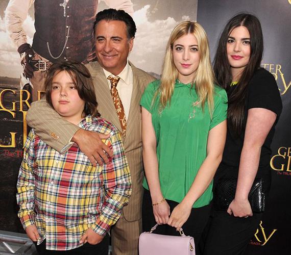 Nagy a család: a kubai születésű 56 éves Andy Garcia és felesége, Maria Victoria Lorido négy gyermek szülei. Közülük a legidősebb a szép Dominik, a legfiatalabb pedig a 10 esztendős Andres.