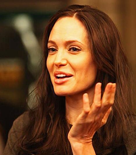 ENSZ nagykövet  Angelina Jolie az ENSZ jószolgálati nagyköveteként gyakran felszólal a fejlődő országok érdekében.  Kapcsolódó cikk: Elképesztő fotó! Angelina Jolie, ahogy még Brad sem ismerne rá »