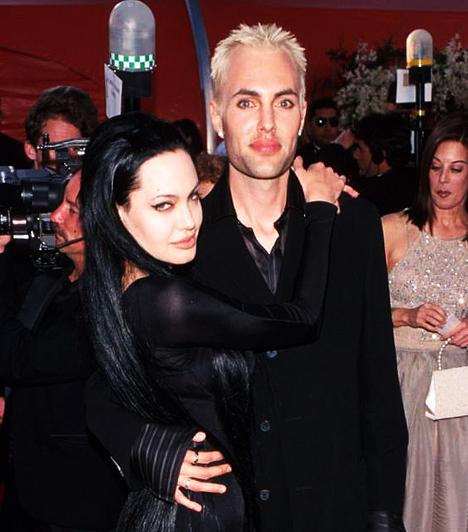 Bátyjával  Sokan meggyanúsították, hogy bátyjához, James-hez nemcsak testvéri viszony fűzi. A fiatalembert ugyanis egy alkalommal a teljes nyilvánosság előtt szájon csókolta.  Kapcsolódó cikk: Ezt látnod kell! Angelina Jolie elképesztően hasonlít a bátyjára »