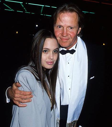 A kezdetek  Angelina Jolie 1975. június 4-én látta meg a napvilágot Los Angelesben Jon Voight és Marcheline Bertrand lányaként. Édesapjával felnőttként romlott meg a viszonya. De 16 éves korában még ő volt apuci pici lánykája volt.  Kapcsolódó sztárlexikon: Ilyen volt, ilyen lett: Angelina Jolie »