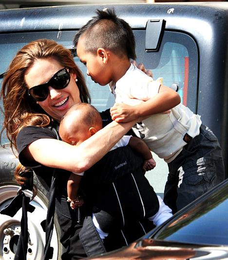 Zahara  A Zahara nevű kislányt 2005 júliusában Etiópiából adoptálta a Jolie-Pitt páros. Állítólag első örökbefogadott gyerkőce, Maddox tanácsára választottak egy afrikai testvérkét.