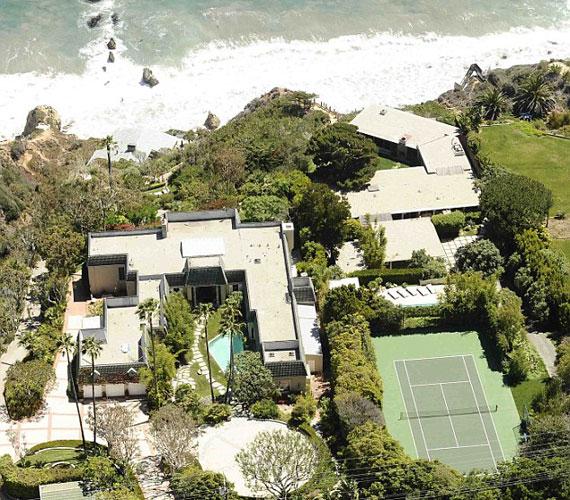 A telken két külön ház található, de tartozik hozzá egy úszómedence, egy teniszpálya és egzotikus kertek is.