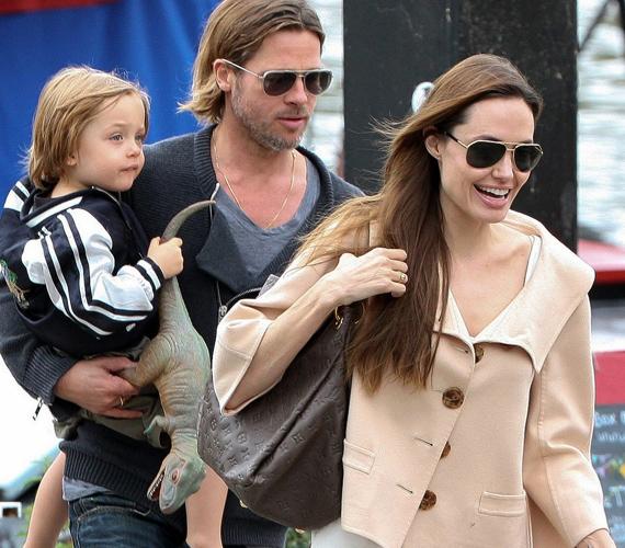 Jolie újabban alig mutatkozik vagy dolgozik, inkább a gyerekeivel van, míg Brad Pitt jelenleg a World War Z című drámát forgatja.