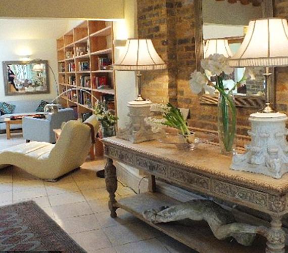 Az istállóból átalakított házból árad az elegancia, ugyanakkor mindenféle modern felszerelés is megtalálható benne.