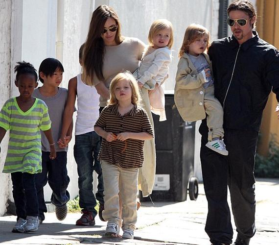 Angelina Jolie és Brad Pitt hat gyermeket nevel, ebből három a sajátjuk, hármat pedig örökbe fogadtak.