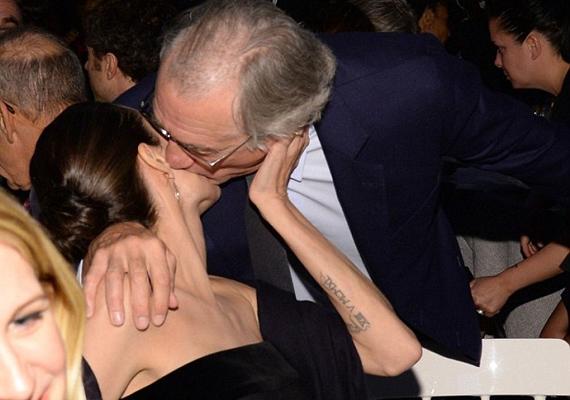 Angelina Jolie visszakapta a kölcsönt, az este végén Robert De Niro volt az, aki mögé lopakodott, és megcsókolta.