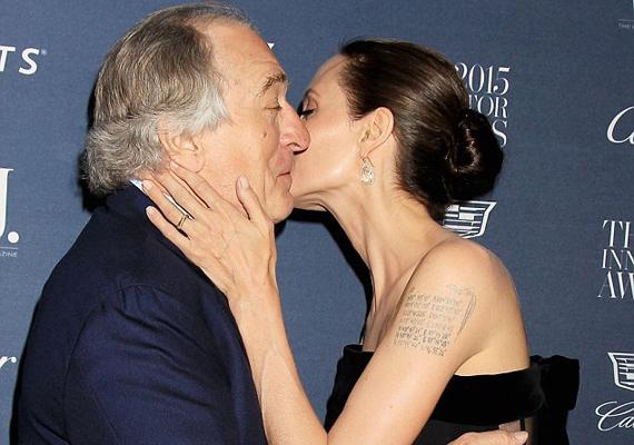 Angelina Jolie meg akarta viccelni a legendás színészt azzal, hogy a szájára ad egy hatalmas puszit.