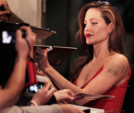 Angelina Jolie kedvesen és türelmesen osztogatta aláírását.