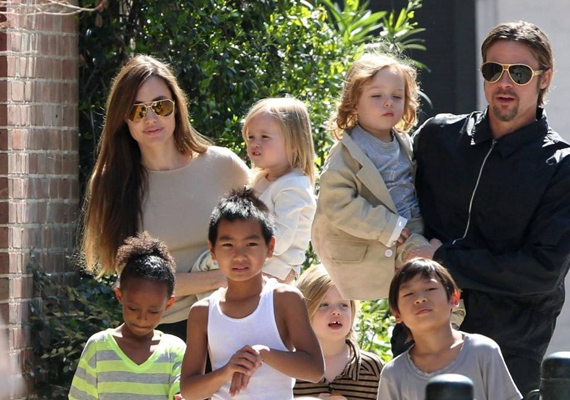 Ahogy a képen látszik is, még kirándulni menni sem egyszerű hat gyerekkel. Angelina és Brad minden szabadidejüket a gyermekeikre fordítják, amikor csak tehetik, velük vannak.