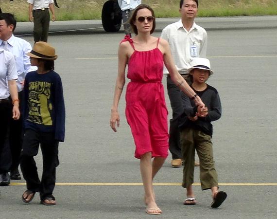 A sztármamit fiai, Pax and Maddox kísérték el a vietnami Con Dao-szigetek egyikére.