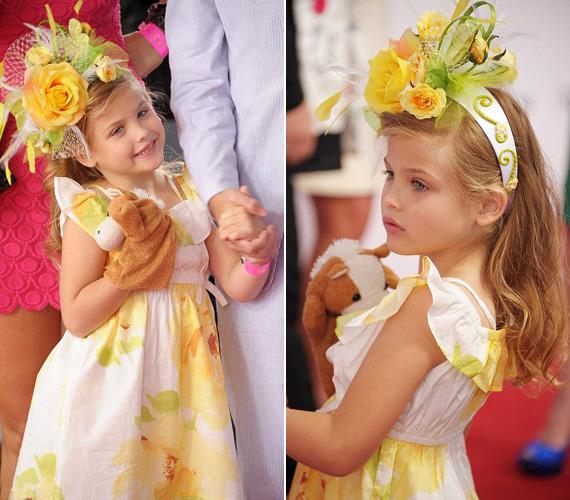 Szép és bájos a zöld szemű, mézszőke hajú kislány.