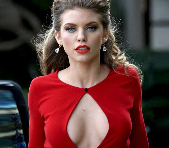 Feltűnő, vörös ruhája nem sokat takart a színésznő dekoltázsából.