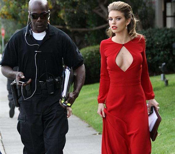 AnnaLynne McCord testőre kíséretében sétált az utcán.