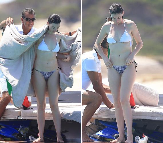 A színésznő etno mintás bikinialsót és klasszikus, fehér bikinifelsőt húzott, ebben élvezte a napsütést és a tengert Ibizán a nyaralás alatt.