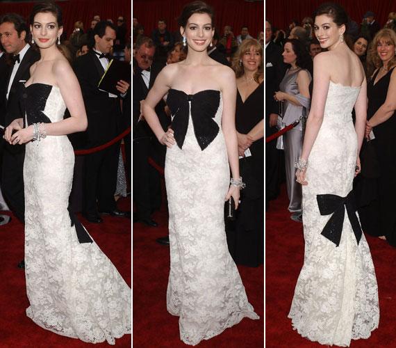 A 2007-es Oscar-díjkiosztón a nagyméretű, fekete masnikkal díszített, fehér csipke Valentinóban sem kapott sok elismerést.