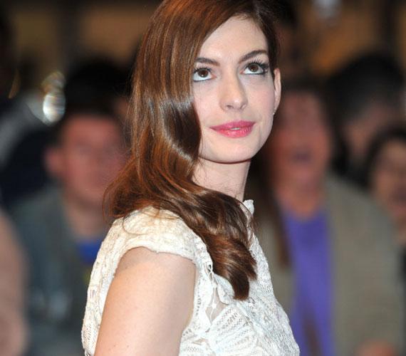 A fotók tanúsága szerint Anne Hathaway elbűvölően nézett ki elegáns ruhájában, nem csoda, hogy mindenki őt fotózta.