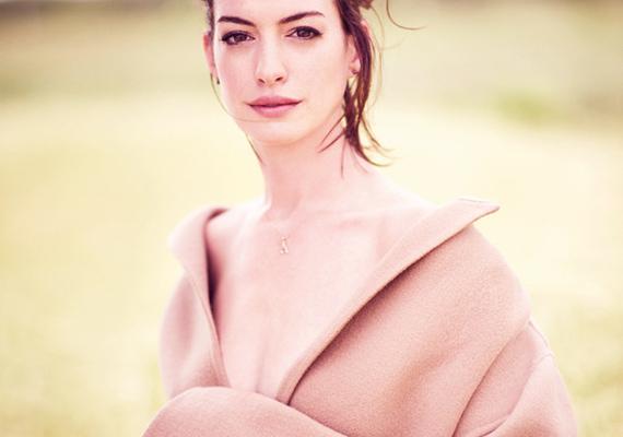 A színésznő annyira angyalian és ártatlanul fest ezen a képen, hogy el is felejtettük, a kabátja alatt nem visel semmit.