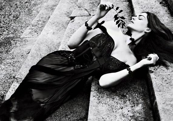 A fotózás során a legnevesebb divatházak kreációiba bújt - többek között Dolce & Gabbana és Nina Ricci tervezte ruhákat viselt.