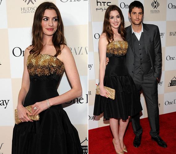 A barna szépség filmbéli partnere, Jim Sturgess oldalán jelent meg egy arany-fekete, szűkre szabott Alexander McQueen-ruhában.