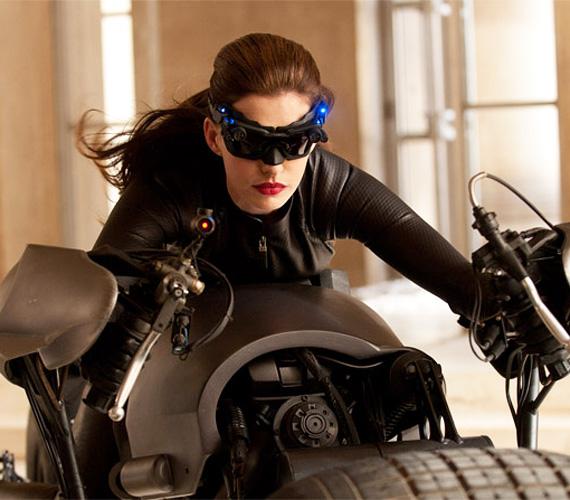 Hathaway már meg is kezdte az új Batman-film forgatását, a stáb Christopher Nolan rendező vezetésével Pittsburghben veszi fel az eseménydús jeleneteket.