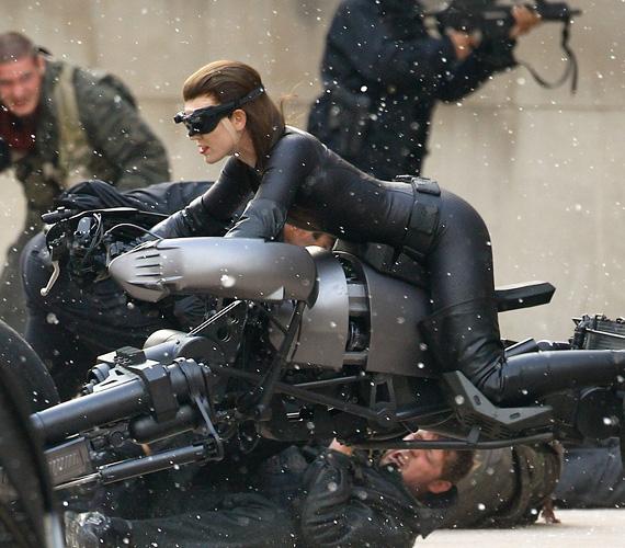 A Christian Bale, Anne Hathaway és Tom Hardy főszereplésével készülő Batman-mozi tele lesz akcióval, itt épp a Macskanő pattan motorra - vagyis a színésznő dublőre.