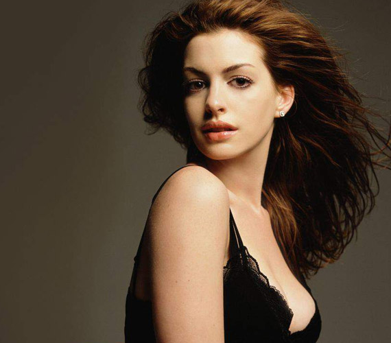 Anne Hathaway bájos arcának és természetes szépségének köszönhetően sok ezer rajongó szívét is megdobogtatja.