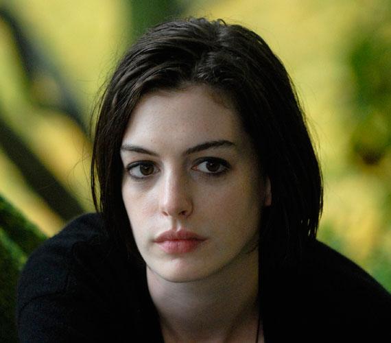 A fiatal színésznőt a Rachel esküvője című drámában nyújtott alakításáért jelölték először Oscar-díjra 2008-ban.
