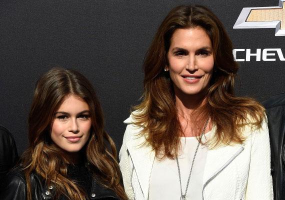 Cindy Crawford szupermodell lánya, a 13 éves Kaia Gerber már most olyan gyönyörű, mint híres édesanyja. Nem csoda, hogy a legnagyobb modellügynökség már le is szerződtette.