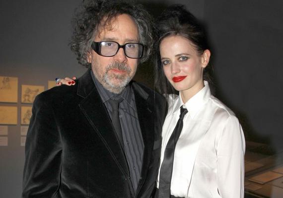 Miután Tim Burton és Helena Bonham Carter elváltak, a rendező egyik kolléganőjét szemelte ki magának: a 22 évvel fiatalabb Eva Greent, akivel az Éjsötét árnyék című filmben is együtt dolgoztak.
