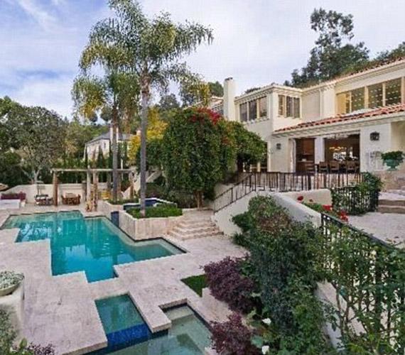 Aki megvette a házat, szerencsés lehet, hiszen igazi feszített tükrű medence várja.