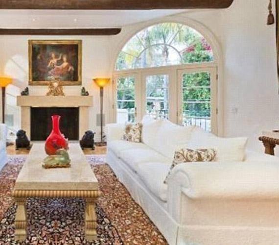A nappaliban egy hatalmas ülőgarnitúra található egy antik asztallal. A szobából egy óriási terasz nyílik.
