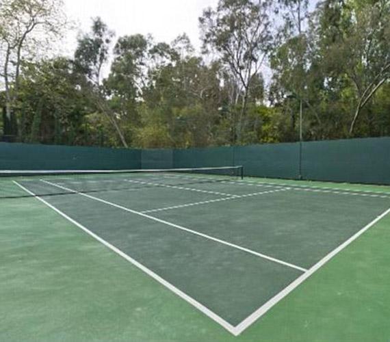 A ház nemcsak szórakozási, de exkluzív sportolási lehetőséget is nyújt lakóinak- profi teniszpályája révén.