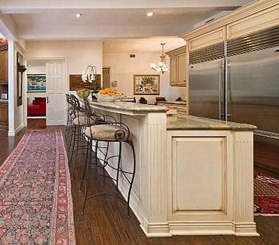 A konyhában rengeteg ember tud egyszerre enni és inni, igazán alkalmas nagy bulik szervezésére.