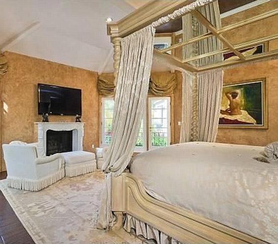 A hálószobában a plazmatévét egy hatalmas baldachinos franciaágyból lehet nézni.
