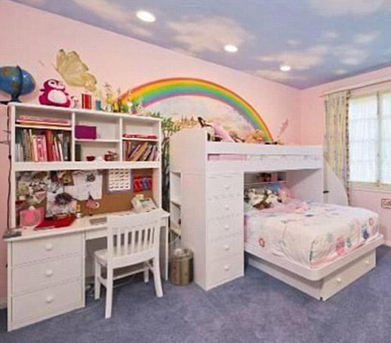 A gyerekszoba teljesítheti egy kislány álmát, aki igazi hercegnős lakosztályra vágyik, szivárványos fallal.
