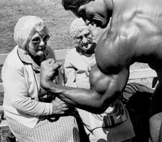 Arnold Schwarzenegger már 20-30 évvel ezelőtt is mindent megtett a rajongóiért, itt éppen két lelkes néninek mutatja nagyra nőtt izmait.