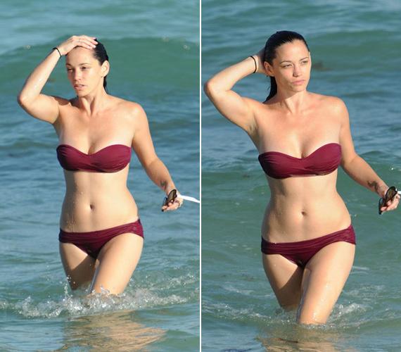 A 30 éves Jessica Sutta is remek formában van még mindig, bordó színű bikinije remekül mutat tökéletes alakján.