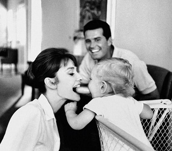 Fiával,Seannal játszik, aki 1960-ban született első férjétől, Mel Ferrertől. A képet a férfi készítette.