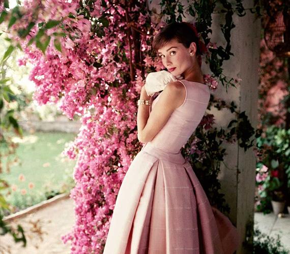 Norman Parkinson fényképezte ezt a gyönyörű képet kereken 60 évvel ezelőtt, 1955-ben a Glamour magazin számára. Audrey Hepburn 26 éves volt itt, a háta mögött a sikeres Római vakáció és a Sabrina című filmekkel. A magánélete is rendben volt, ekkor már egy éve boldog házasságban élt férjével, Mel Ferrerrel.