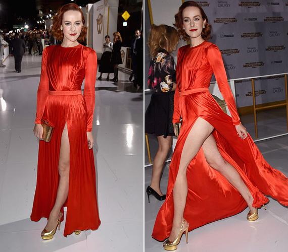 Jena Malone színésznő egy Ungaro ruhában jelent meg, melynek mély slicce láttatni engedte még a fenekét is lépés közben. A sztár, aki Johanna Masont játssza a filmben, a londoni premieren is villantott: ott a bugyiját tette közszemlére.