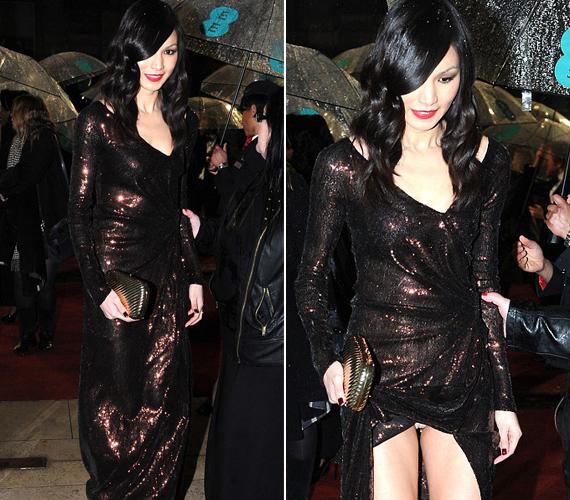 Gemma Chan ruhája nem volt az est legszebbje, ám a híresség mindenképpen emlékezetessé tette azzal, hogy kivillantotta a bugyiját.