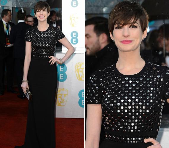 Anne Hathaway kicsit mintha visszavett volna, és ismét szerényebb énjét mutatta a világnak. Egy fekete Burberry ruhában kápráztatta el a közönséget.