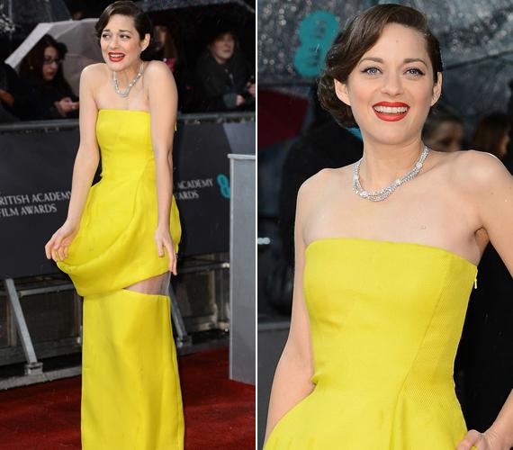 Marion Cotillard sárga Dior ruhája még jól is állt volna a színésznőnek, ha egy ostoba geggel el nem rontja az összhatást. A ruhája hátulja ugyanis úgy nézett ki, mintha leszakadt volna. A színésznő így akart utalni az Oscar-díjra jelölt Jennifer Lawrence Golden Globe-os ruhaszakadására.