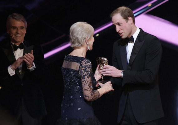 Meghatottan adta át a díjat Helen Mirrennek Vilmos herceg.