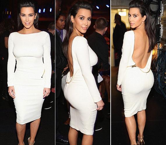 Kim Kardashian fehér, hátul nyitott ruhát viselt, amely kihangsúlyozta nőies alakját.