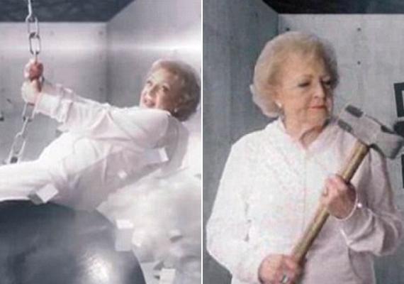 Betty White szolidabbra vette azért a figurát, hiszen mégis csak 91 éves. A kalapácsot is csak megpuszilta, és nem nyalogatta, mint a fiatal énekesnő. Itt nézheted meg a videót.