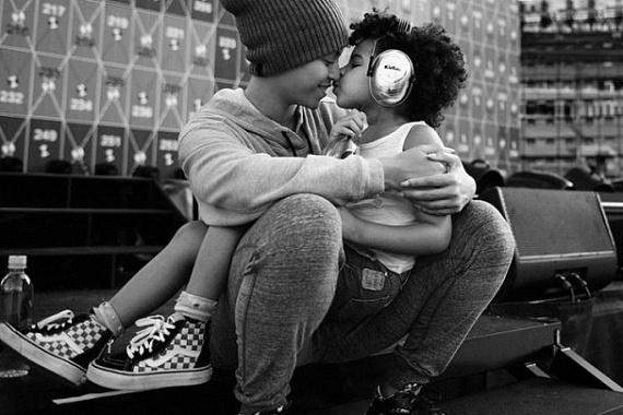 Beyoncéról és kislányáról, Blue Ivyról tüneményes fotó készült, azonban a szemfüles rajongók nem csak az egymást szeretgető anyát és lányát vették észre - azt is kiszúrták, hogy az énekesnő nem viseli jegygyűrűjét.