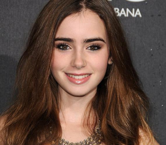 Phil Collins gyönyörű lánya, Lily az új Hófehérke-moziban is tett arról, hogy szépségét az egész világ megcsodálja. A People olvasói nem is feledkeztek meg róla: a listán negyedik lett.